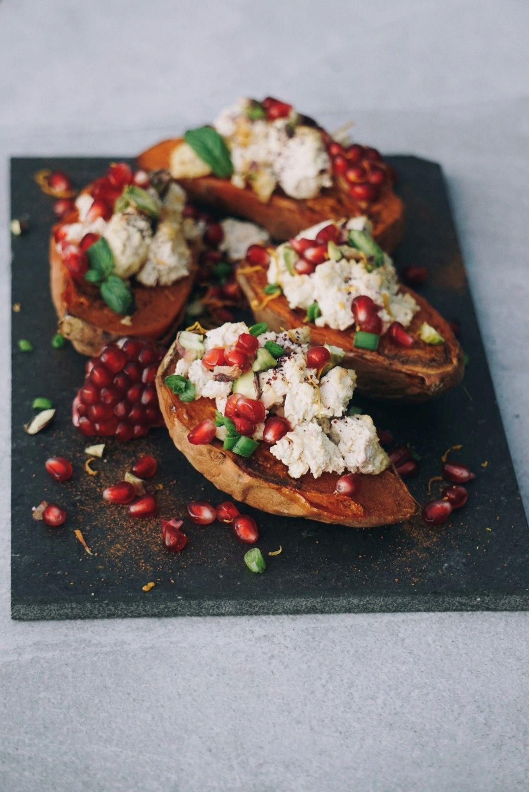 Sötpotatis med kanel vegankost, apelsin, granatäpple och pistagenötter, Recept på vegansk ost som topping på bakad sötpotatis